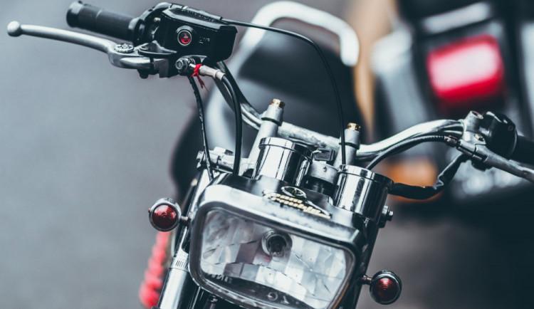 Šestnáctiletý motorkář se chtěl vyhnout vrávorající dívce na kole, skončil se zraněním na mokré silnici