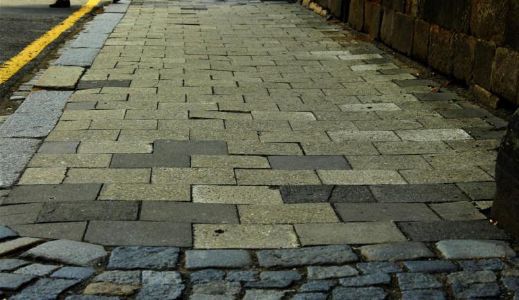 Od sprna se budou dva měsíce opravovat chodníky od brány fakultky až po křižovatku na Mošnerově