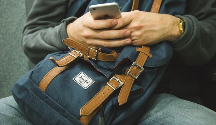 Opilý muž si pospal na lavičce u Šantovky, přišel o batoh s peněženkou, doklady a mobilem