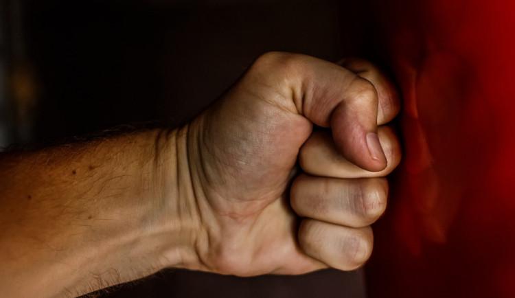 Útočník zbil muže u něj doma, hrozí mu až tři roky ve vězení