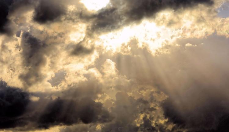 POČASÍ NA NEDĚLI: Během dnes se obloha zatáhne, sprchne ale jen ojediněle