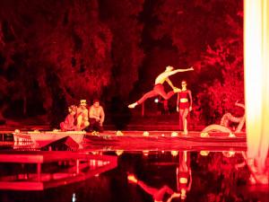 FOTO: Řeka má duši. Festival na vodě přilákal k jezírku ve Smetanových sadech stovky diváků