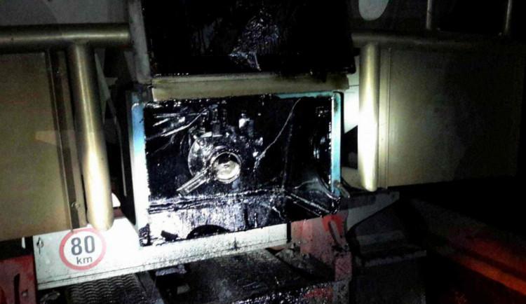 AKTUÁLNĚ: Dálnici u Olomouce uzavřelo pět tun horkého dehtu, který vytekl z cisterny