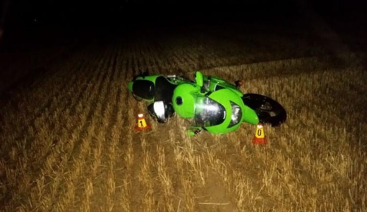 Opilý motorkář vyjel ze silnice a pokračoval desítky metrů v jízdě po poli. Poté havaroval
