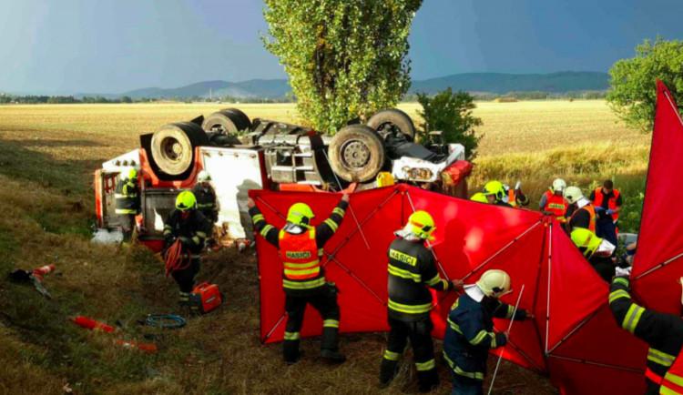 Stav těžce zraněného hasiče z nehody hasičské cisterny u Libivé je stabilizovaný, čekají ho další operace