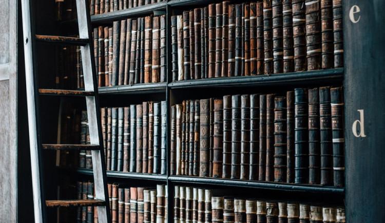 Knihovna v Hranicích je opět otevřena. Byly zde objeveny stropní malby