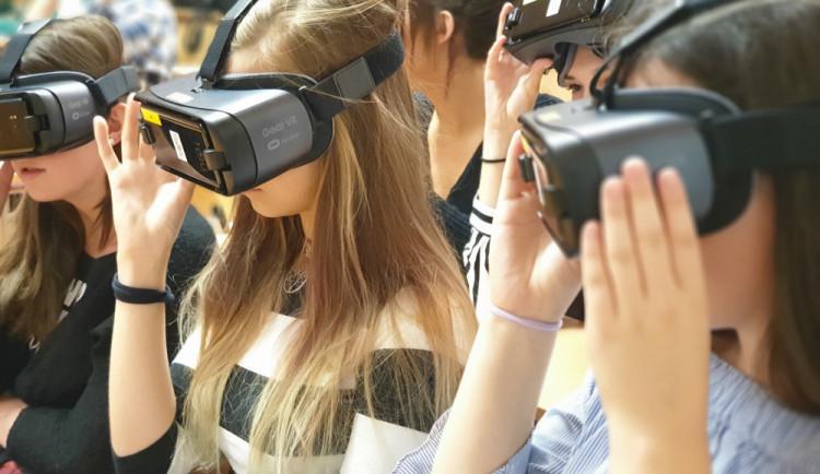 První česká virtuální učebna je v  Šumperku, žáci v ní pomocí virtuální reality zkoumají lidské tělo