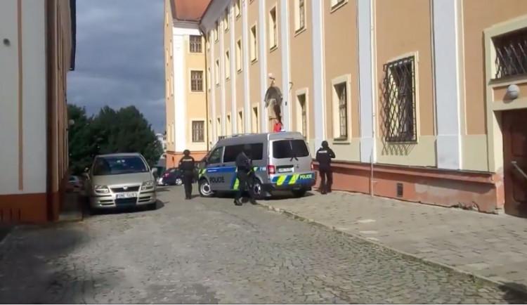 VIDEO: Podívejte se, jak probíhal převoz nejvzácnější české bankovky ozbrojenou eskortou do olomouckého muzea