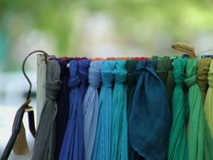 Máte doma nevyužité šátky a kravaty? Darujte je na Šátkový bazar