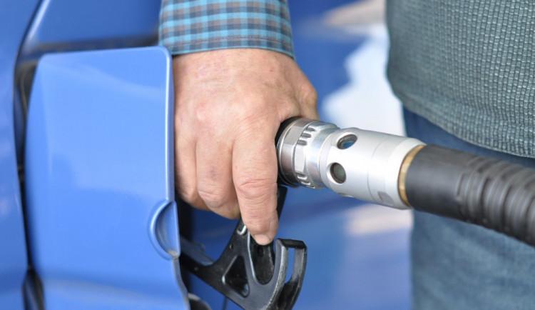 Neznámý pachatel odčerpal z náklaďáků stojících na staveništi naftu. Způsobil škodu za téměř třicet tisíc korun