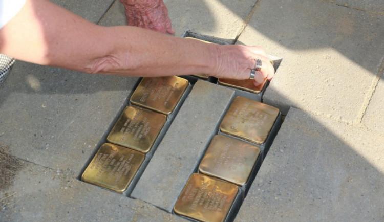 V Olomouci přibylo dalších osm kamenů zmizelých. Připomínají rodinu Evy Grossmannové