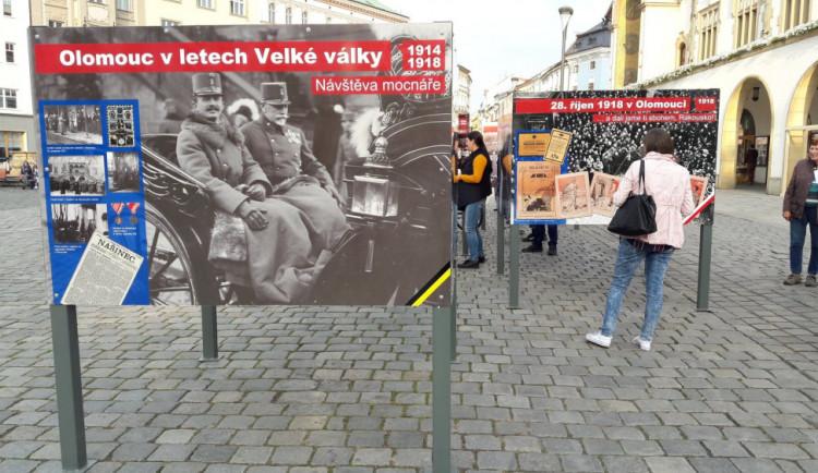 FOTO/VIDEO: Rok 1918 připomínají v Olomouci před radnicí dobové fotky