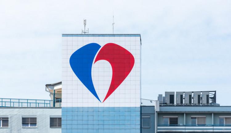 Fakultní nemocnice má nové logo, které uvidíte zdaleka. Už ji nemůžete minout