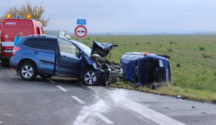Řidič přehlédl stopku a smetlo ho Subaru. Při nehodě byli zraněni tři lidé