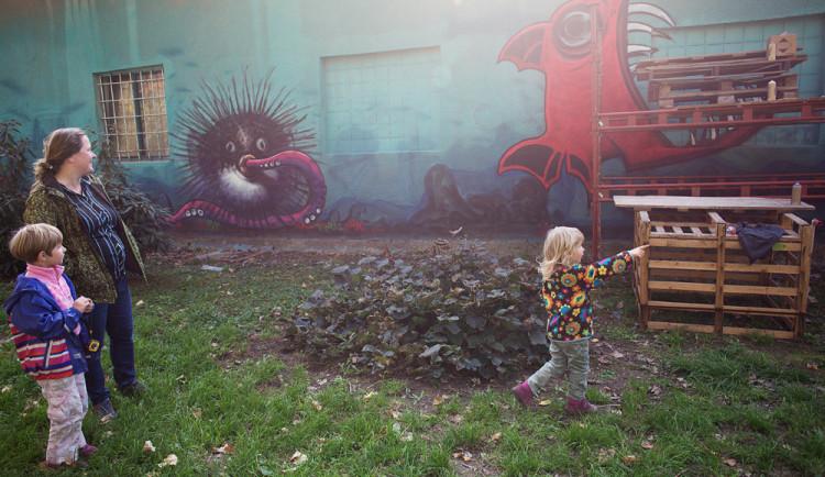 FOTO: Nevzhlednou zeď ve Smetanových sadech vyzdobili umělci motivy mořského světa