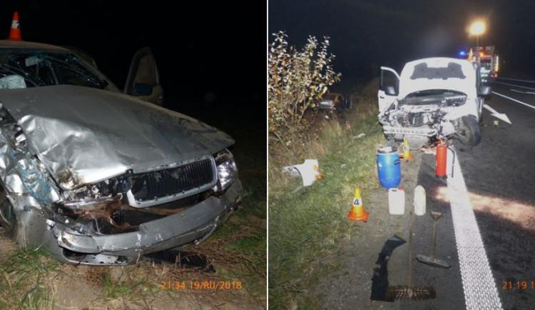 Mladý řidič Transitu nedal přednost Octavii na hlavní silnici. Při kolizi se zranilo sedm lidí