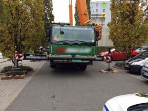 Autojeřáb blokoval silnici v Zelené ulici, stál tam bez povolení