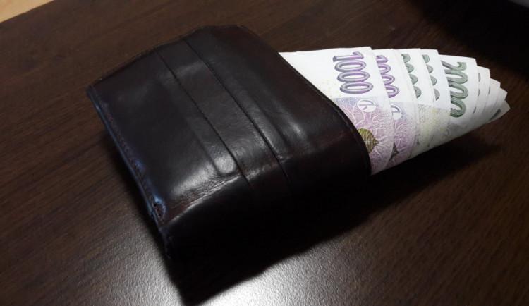 Neznámý zloděj se dostal do bytu seniorky, odkud vzal 90 tisíc, které měla v peněžence