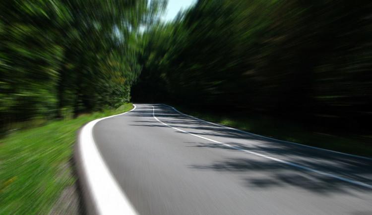 Řidič z ciziny naboural na dálnici, auto z Německa bylo v pátrání