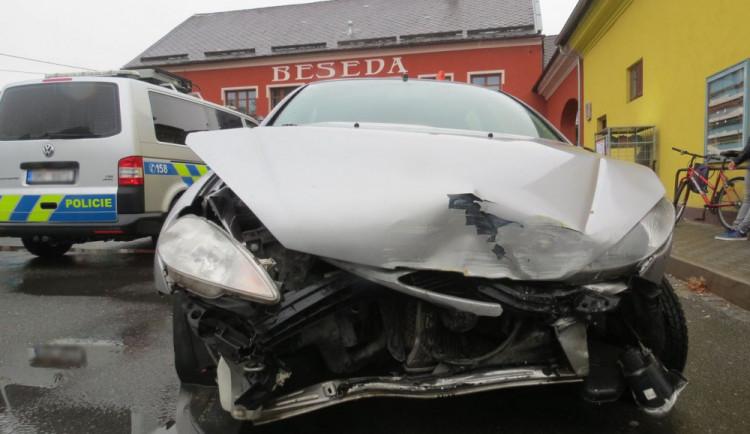 Mladá řidička dostala smyk a nabourala do prodejny potravin, vznikla škoda za 50 tisíc korun