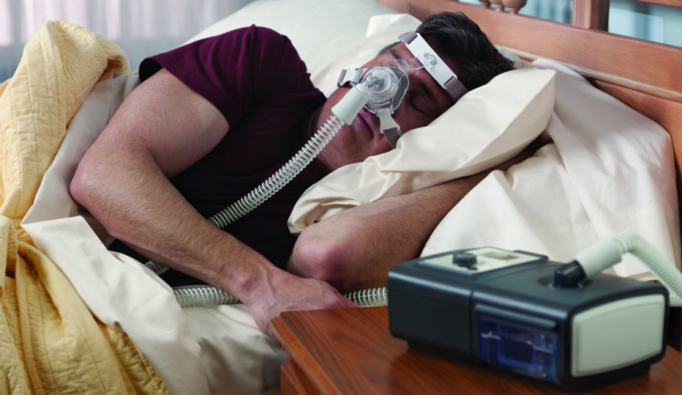 Zloděj ukradl z vlaku lékařský přístroj pro léčbu spánkové apnoe, hrozí mu až dva roky ve vězení