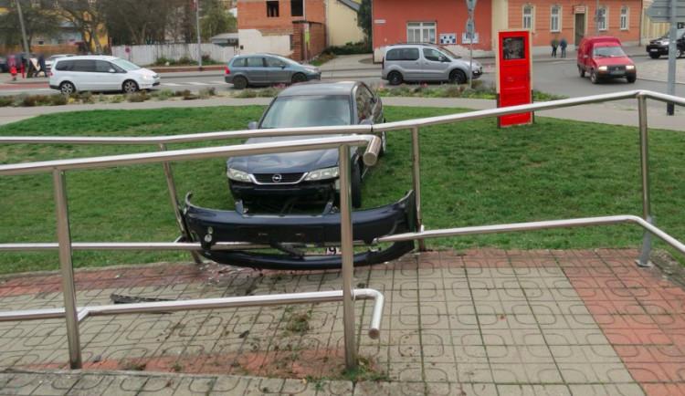 """Opilá řidička nezvládla výjezd z kruhového objezdu, její auto skončilo """"zakouslé"""" v zábradlí o několik metrů dál"""