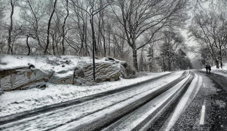 Na severu kraje sněží. Silničáři vyrazili na silnice i na Olomoucku nebo Prostějovsku