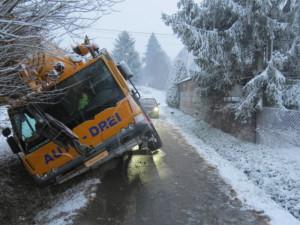 Autojeřáb sjel ze silnice do příkopu, nehodou vznikla škoda za 52 tisíc korun