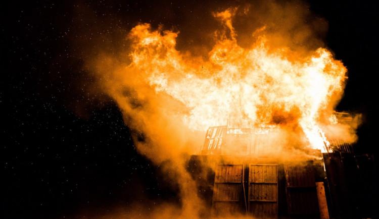 Na Nových sadech u čističky odpadních vod vyhořely včera večer dvě chaty