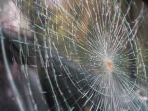 Vandal rozbil auto, které přes noc parkovalo venku. Pak z něj ukradl autorádio
