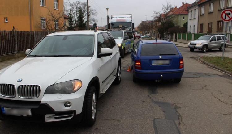 Řidička BMW nedala přednost v jízdě a srazila se s projíždějícím autem. Druhý řidič se ale provinil také
