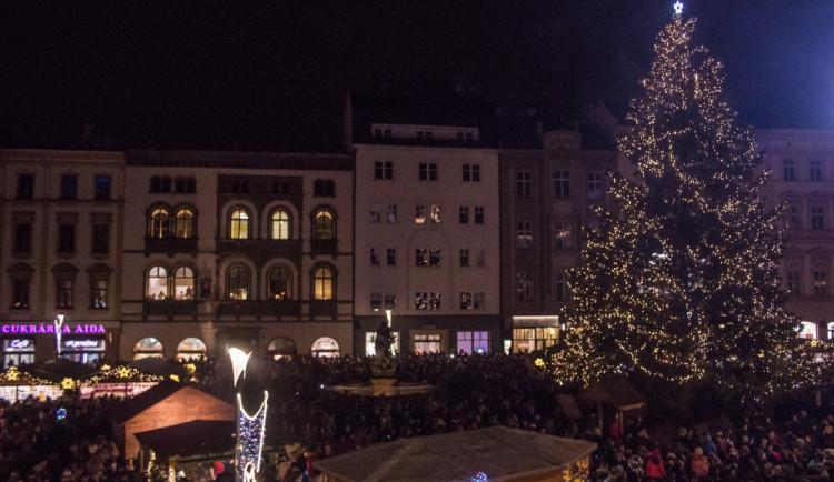 FOTO/VIDEO: Olomoucký vánoční strom dostal jméno Štístko. Podívejte se na fotky z rozsvícení!