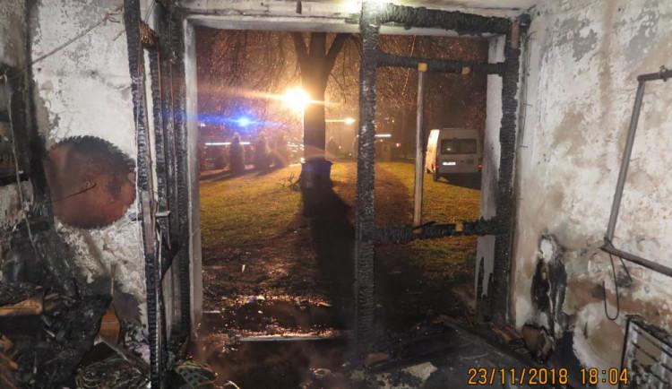 Při požáru domu a garáže se majitel ve snaze o záchranu objektu nadýchal zplodin a utrpěl popáleniny