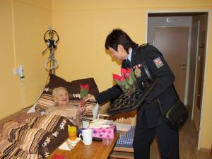 FOTO: Téměř dvě stě vánočních hvězd darovali policisté seniorům