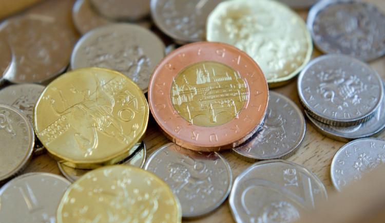 Zloděj přelezl plot u mobilního domu, vylezl na sud, rozbil okno a z kuchyně si odnesl sto korun v mincích
