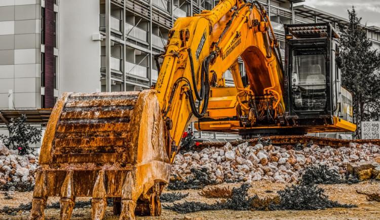 Zloděj ukradl za stavby bourací kladivo, které bylo uzamčené k bagrové lžíci. Způsobil škodu za 90 tisíc korun