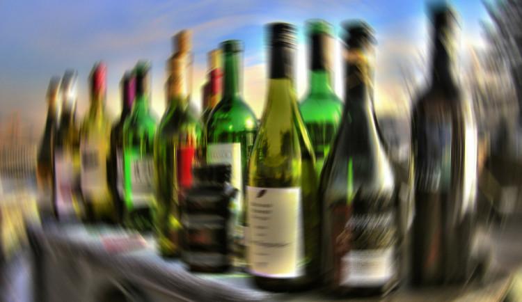 Muž, který se léčil z alkoholismu, zavolal policistům s tím, že se chystá skočit pod auto. V sobě měl přes tři promile alkoholu