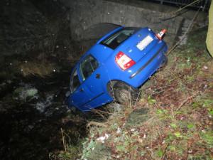 Řidič nezvládl jízdu autem a skončil v korytu potoka