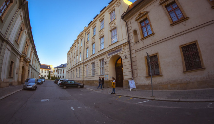 Kvůli obavě z plagiátorství zahájila Univerzita Palackého kontrolu diplomových prací