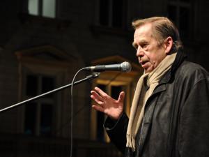 Lidé po celé republice dnes budou vzpomínat na Václava Havla. V Olomouci se sejdou u jeho lavičky