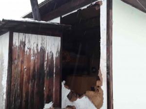 Hasiči zasahovali u požáru chatky, ve které spal majitel. Za vzplanutím stál pravděpodobně komín