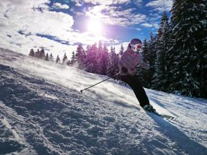 Kvůli dešti byla návštěvnost lyžařských areálů v Jeseníkách nízká. Sněhu je však pořád dost
