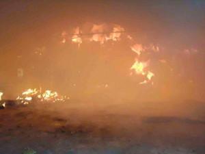 AKTUÁLNĚ: Jedenáct jednotek hasičů zasahuje u rozsáhlého požáru uskladněného sena a slámy