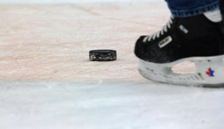 Fanoušek během hokejového zápasu hodil petardu na led. Hrozí mu až dva roky za mřížemi