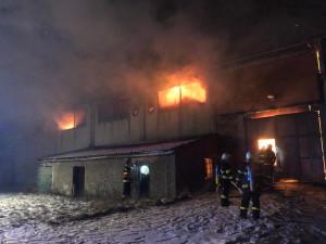 FOTO/VIDEO: Rozsáhlý požár skladu s balíky slámy likvidují hasiči od včerejška