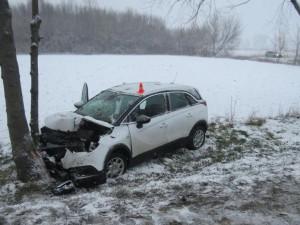Při srážce tří aut byla zraněna seniorka a nezletilá dívenka. Jedno z aut narazilo do stromu