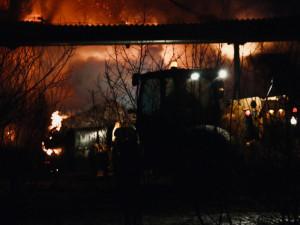 Po 64 hodinách skončila pro stovku hasičů likvidace požáru ve Štarnově. Dva tisíce balíků slámy lehlo popelem