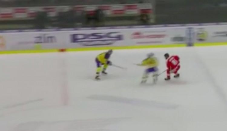VIDEO: Při zápasu ve Zlíně Petra Koloucha ošklivě sestřelil Zdeněk Okál a zlomil mu nos