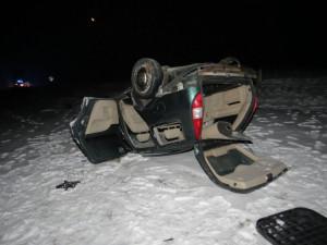 Opilý řidič jel příliš rychle. Auto převrátil na střechu a skončil v nemocnici