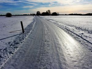 Dopravu řidičům místy komplikují namrzající silnice. Úsek mezi Kozlovem a Velkým Újezdem byl uzavřen